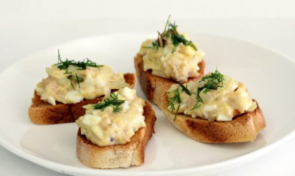 Бутерброды с печенью трески и яйцами