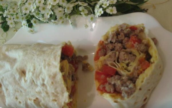 Рулет из лаваша с помидорами, мясом и сыром