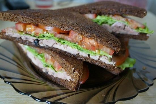 Бутерброды с печенью трески и свежими томатами