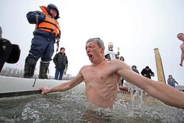 Как правильно погружаться в воду на Крещение