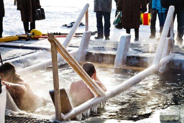 Когда купаются в проруби на Крещение 2019 года: 18 или 19 января