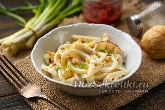 салат из кальмаров с яйцом готов
