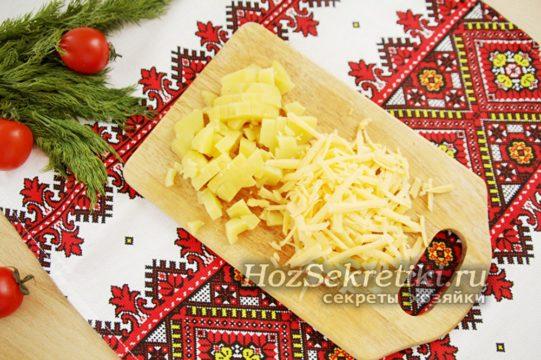 сыр натереть, картофель нарезать