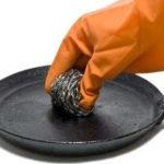 Самые лучшие способы как очистить сковородки от толстого слоя нагара