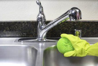 Чем отмыть белый налет с крана ванной