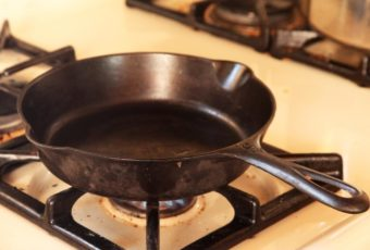 Как правильно ухаживать за чугунной сковородой