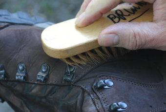 Как избавиться от соли на обуви и не стереть краску