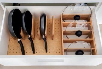 Хранение крышек от кастрюль и сковородок на кухне