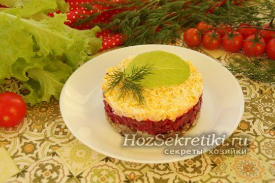 верх салата украсить зеленью