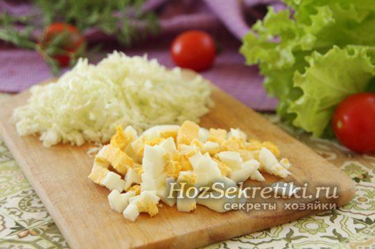 пекинскую капусту и яйцо нарезать