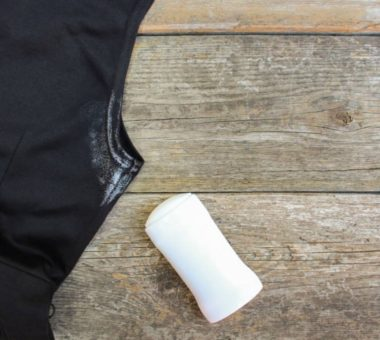 Как удалить пятна от дезодоранта на темной одежде