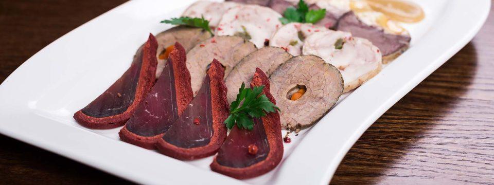 10 идей красиво выложить мясную нарезку на праздничном столе