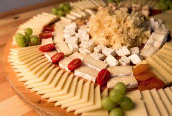 12 идей красиво выложить сырную нарезку на праздничном столе