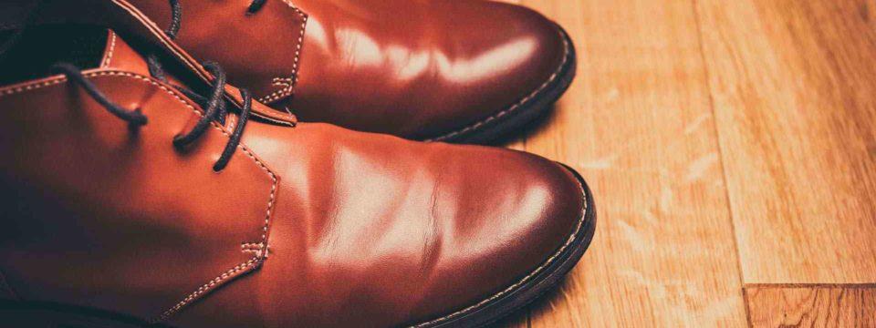 Как разгладить складки на кожаной обуви