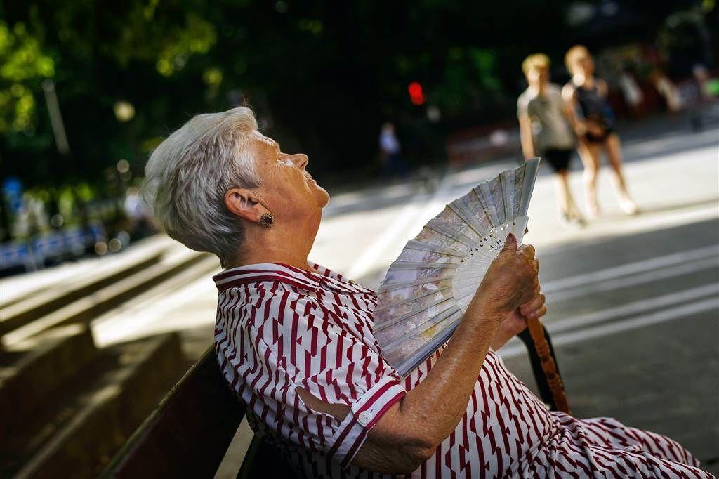 бабушка с веером