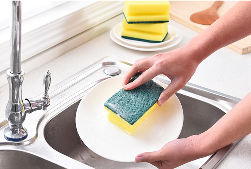 мыть посуду губкой