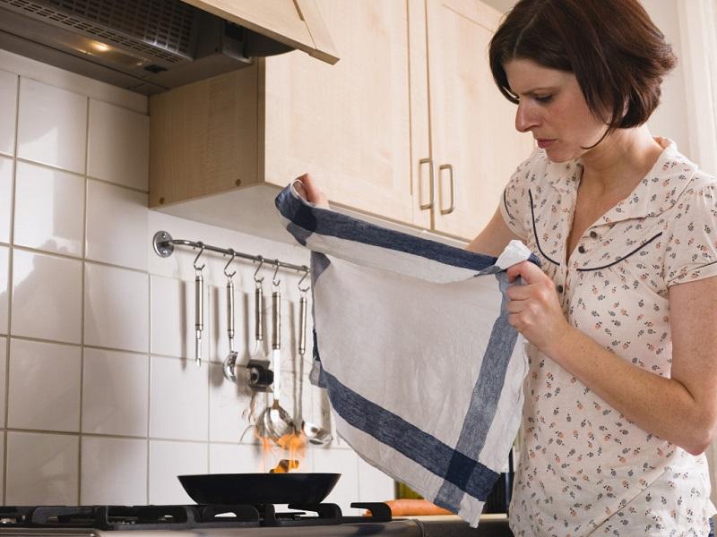 накрыть плиту полотенцем