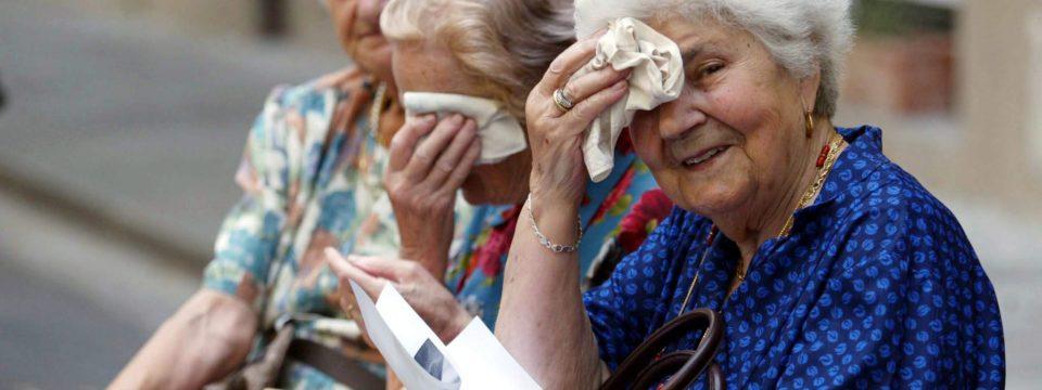Как пожилому человеку перенести жару