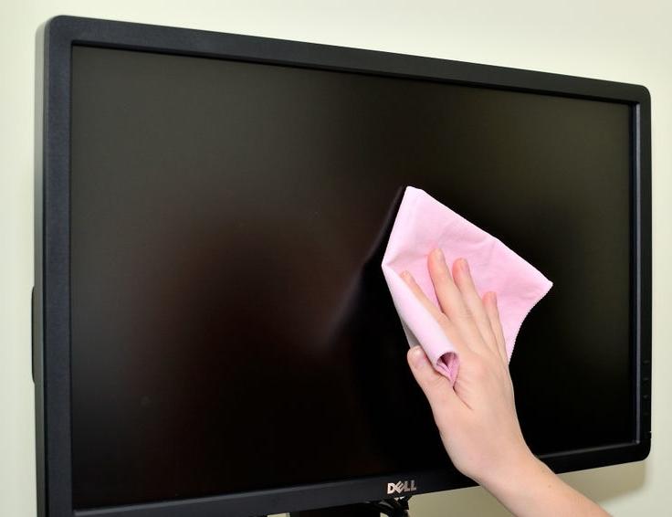 Очистите экран телевизора с помощью микрофибры