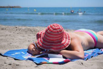 Онкологи предупредили, как запрещено загорать на пляже