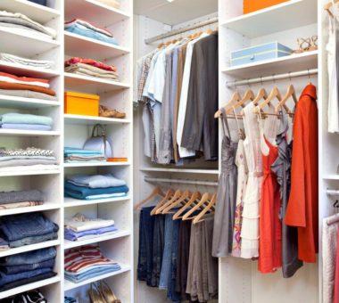 Как правильно разложить вещи в гардеробной