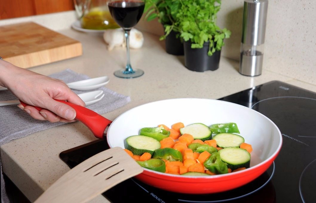 готовка еды в сковороде