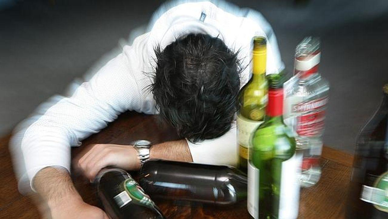 Смешивание разных видов спиртного опасно более сильным опьянением