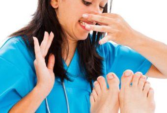 Почему появляется запах от ног, и 4 способа от него избавиться