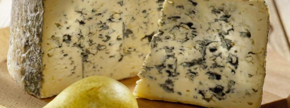 Опасно ли есть сыр с плесенью на самом деле
