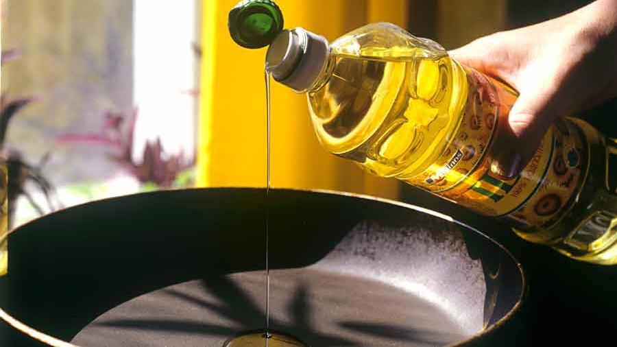 подсолнечное масло льется на сковороду