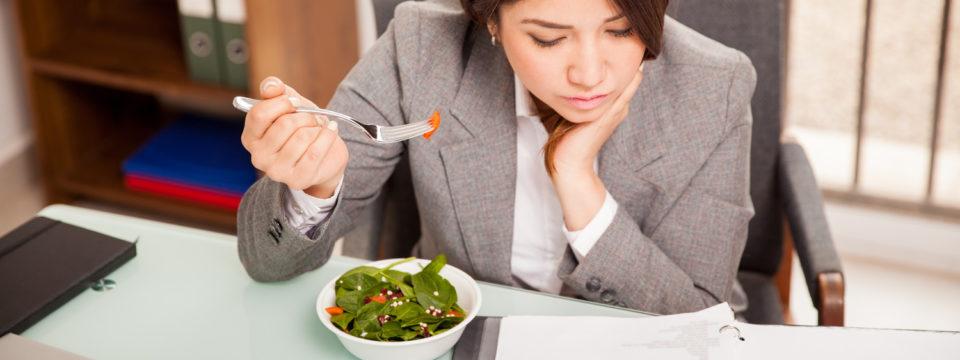Из-за чего вредно кушать на рабочем месте