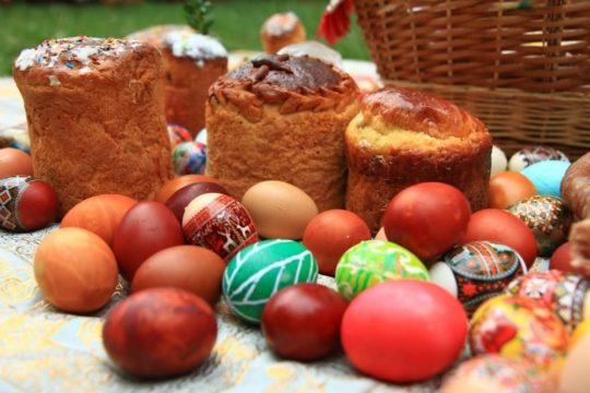 пасхальные куличи и крашеные яйца