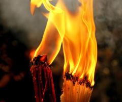 Почему пасхальный огонь сходит в субботу в канун православной Пасхи