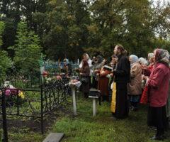 Как правильно вести себя на кладбище в родительский день и что брать с собой