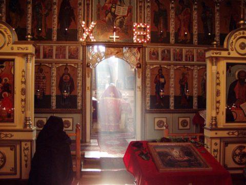 открытые царские врата в церкви