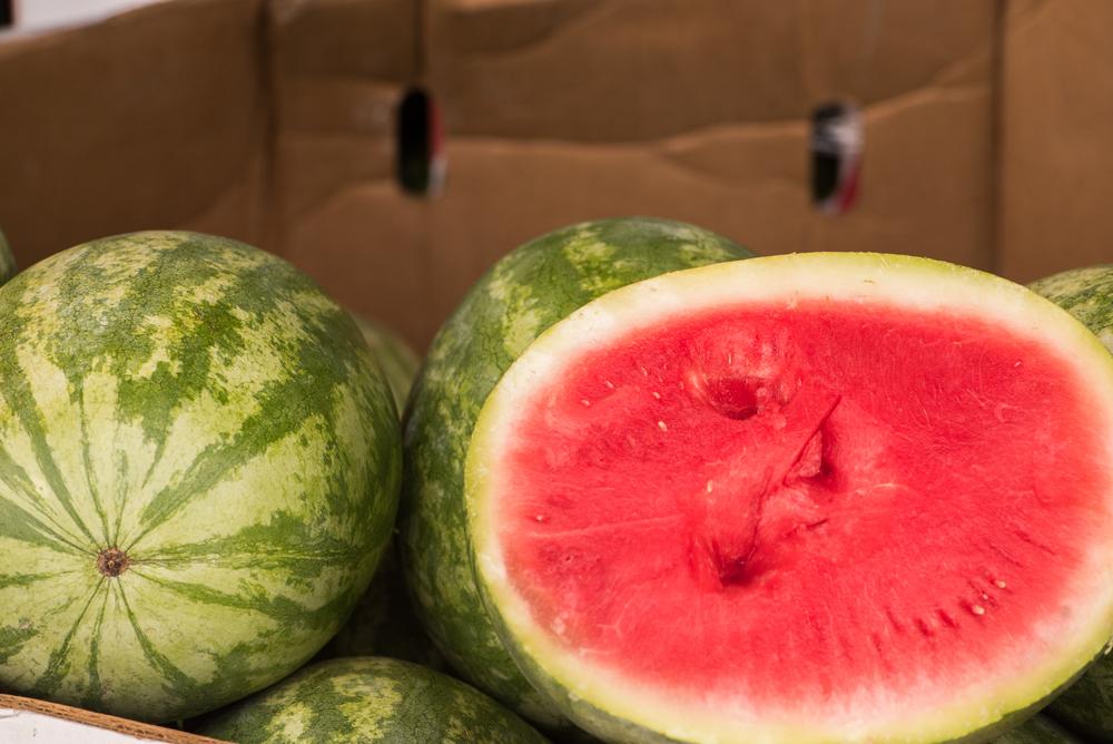 Как долго можно хранить целый арбуз и срок годности разрезанной ягоды