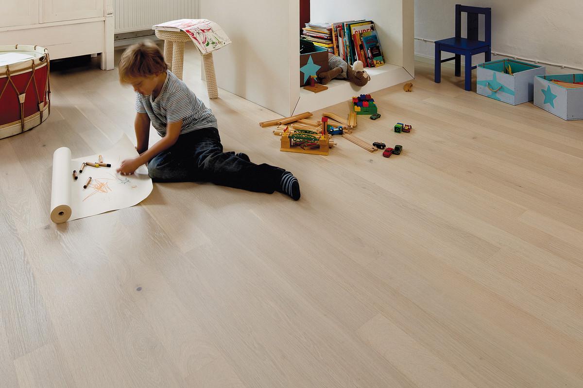 Ламинат в детскую комнату: плюсы и минусы покрытия, особенности выбора по техническим параметрам и внешнему виду