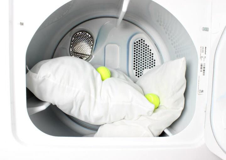 Как стирать перьевые подушки в машинке и вручную и как сушить