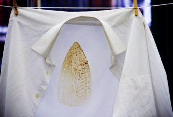 Как вывести пятно от утюга на одежде