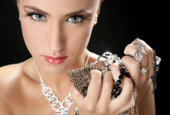 Как почистить серебряные украшения от черноты